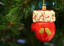 Ejecución de Mini Santa Claus Red Glove Ceramic Ornament en el árbol de navidad imagen de archivo libre de regalías