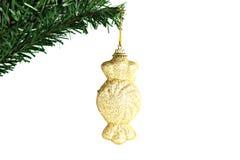 Ejecución de oro del caramelo en el árbol de navidad de la rama. Fotografía de archivo