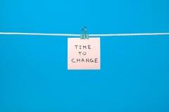 Ejecución de papel rosada de la nota en la secuencia con tiempo del texto para cambiar foto de archivo