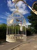 Ejecución decorativa de la jaula de pájaros en la calle Imágenes de archivo libres de regalías