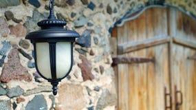 Ejecución decorativa de la linterna en la pared de la casa vieja imagen de archivo libre de regalías