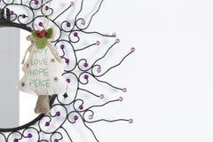 Ejecución del árbol de navidad en un espejo del sitio Imagen de archivo libre de regalías