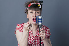Ejecución del eje de balancín femenino 30s y del artista vocal con estilo retro Imagen de archivo