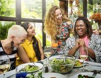 Ejecución del grupo de las mujeres de la diversidad que come junto concepto fotografía de archivo libre de regalías