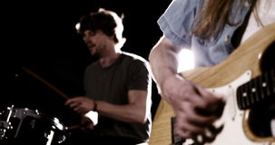 Ejecución del guitarrista y del batería metrajes