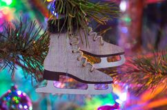 Ejecución del juguete del árbol de navidad en una rama Fotografía de archivo