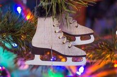 Ejecución del juguete del árbol de navidad en una rama Fotografía de archivo libre de regalías