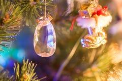 Ejecución del juguete de la joya en el árbol de navidad y luces Fotografía de archivo