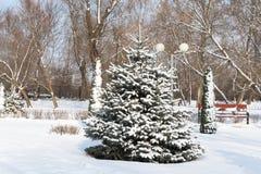 Ejecución del muñeco de nieve en una rama de árbol en el bosque, Fotos de archivo