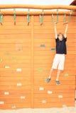 Ejecución del muchacho en carrera de obstáculos Imagen de archivo