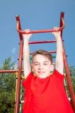Ejecución del niño de un gimnasio de selva Fotos de archivo