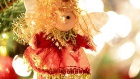 Ejecución del ornamento de la Navidad en el árbol de navidad metrajes