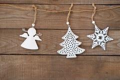Ejecución del ornamento de Navidad en el fondo de madera de la pared Imagen de archivo libre de regalías