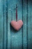 Ejecución del ornamento del corazón de la Navidad en puerta Fotografía de archivo libre de regalías