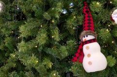 Ejecución del ornamento del muñeco de nieve en la Navidad un árbol Foto de archivo