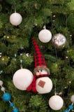 Ejecución del ornamento del muñeco de nieve en la Navidad un árbol Fotografía de archivo