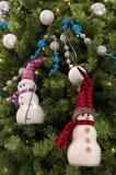 Ejecución del ornamento del muñeco de nieve en la Navidad un árbol Fotografía de archivo libre de regalías