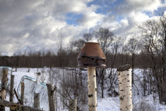 Ejecución del pote de arcilla en una cerca rústica Fotografía de archivo