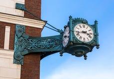 Ejecución del reloj de la calle del vintage en una esquina del edificio de ladrillo Fotografía de archivo
