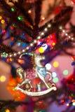 Ejecución diseñada retra del juguete del caballo del Año Nuevo del vintage en abeto Fotos de archivo libres de regalías
