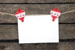 Ejecución en blanco de la hoja de papel en un Año Nuevo de las pinzas Foto de archivo