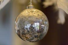 Ejecución enorme de plata de la bola de la Navidad en ramas de árbol en la Navidad justa reflejó luces de la Navidad fotografía de archivo libre de regalías