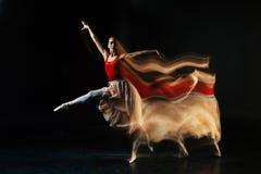 Ejecución femenina atractiva del bailarín Fotos de archivo libres de regalías