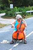 Ejecución femenina del violoncelista Foto de archivo