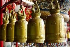 Ejecución grande de la campana de oro dentro del templo fotografía de archivo