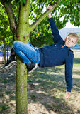 Ejecución joven del adolescente en niñez feliz del árbol Imágenes de archivo libres de regalías