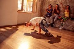Ejecución joven del bailarín del hip-hop foto de archivo libre de regalías