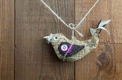 Ejecución linda de la decoración del pájaro en un fondo de madera Foto de archivo libre de regalías