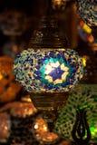 Ejecución multicolora de la lámpara en el bazar magnífico en Estambul imagenes de archivo