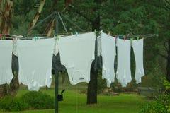 Ejecución que se lava mojada en la línea de ropa Imagenes de archivo