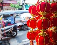 Ejecución roja china de la bola del Año Nuevo para vender en el camino de Yaowarat Imágenes de archivo libres de regalías
