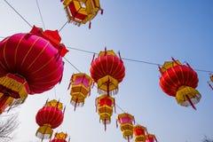 Ejecución roja de la linterna del chino tradicional en el árbol, celebrando Año Nuevo Imagen de archivo