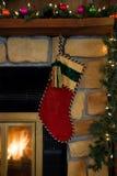 Ejecución roja de la media de la pana de la Navidad en la chimenea imagen de archivo libre de regalías
