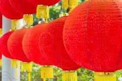 Ejecución roja tradicional de la linterna en templo chino Fotos de archivo