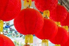 Ejecución roja tradicional de la linterna en templo chino Foto de archivo libre de regalías