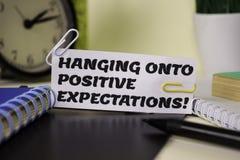 Ejecución sobre la expectativa positiva en el papel aislado en él escritorio Concepto del negocio y de la inspiraci?n fotos de archivo