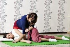 Ejecución técnica del masaje tailandés Fotos de archivo