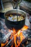Ejecución turística del pote fuliginoso sobre el fuego Foto de archivo libre de regalías