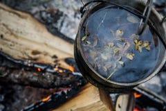 Ejecución turística del pote fuliginoso sobre el fuego Imagen de archivo