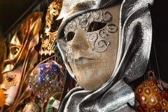 Ejecución veneciana hermosa de la máscara en la pared foto de archivo