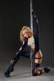 Ejecución atractiva atractiva del bailarín del polo de la mujer Foto de archivo libre de regalías