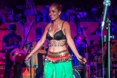 Ejecución de la bailarina de la danza del vientre Foto de archivo libre de regalías