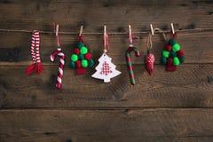 Ejecución hecha a mano de la decoración de la Navidad del estilo rural en un viejo ru Fotografía de archivo