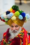 Ejecutante barbudo con el turbante y el traje adornados Foto de archivo