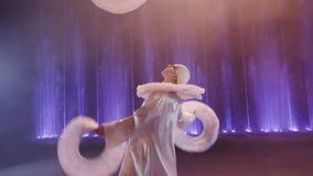 Ejecutante de circo que hace juegos malabares con tres anillos blancos grandes, Moscú, Rusia almacen de metraje de vídeo