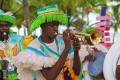 Ejecutante de Junkanoo con la trompeta Imágenes de archivo libres de regalías